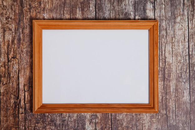 Cornice vuota in stile boho su fondo di legno. segnaletica orizzontale con layout di struttura in legno chiaro bianco isolata per opere d'arte, scritte o logo. spazio di copyright per il sito