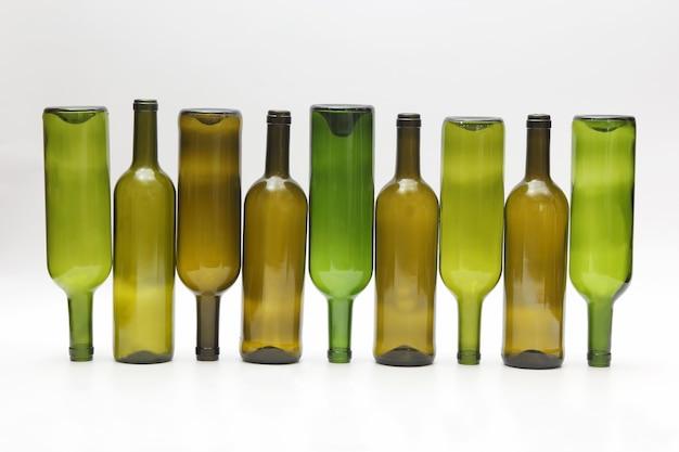 Bottiglie vuote di vino su bianco