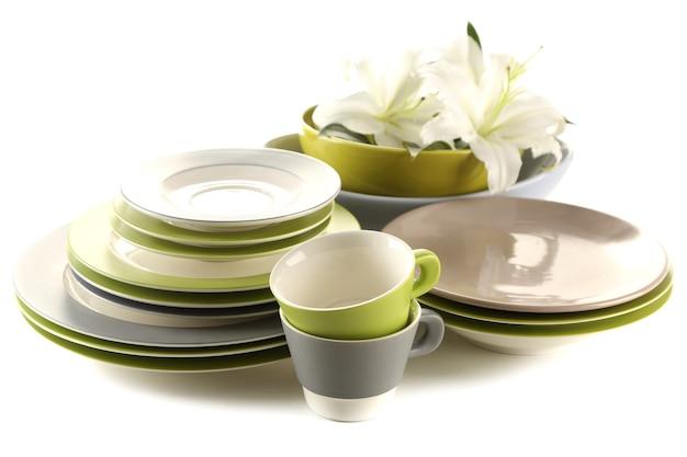 Ciotole, piatti e tazze vuoti su bianco