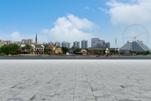 Pavimento in mattoni vuoto con sfondo skyline della città