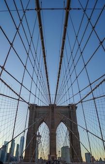 Ponte di brooklyn vuoto, prospettiva centrale al mattino, new york