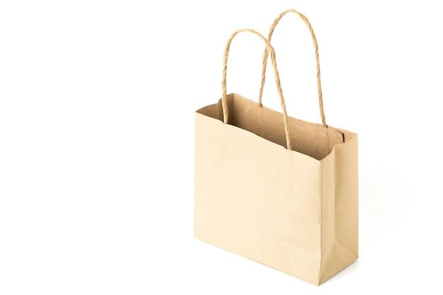 Vuoto sacchetto di carta marrone isolato su sfondo bianco.