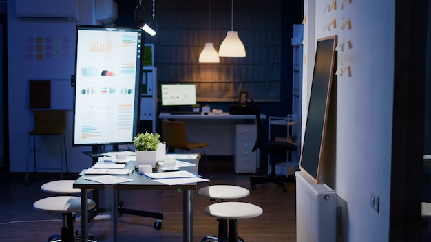 Sala riunioni vuota dell'ufficio aziendale senza nessuno con monitor di presentazione