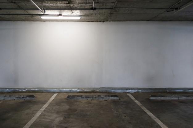 Fondo vuoto dell'interno dello spazio di parcheggio dell'automobile