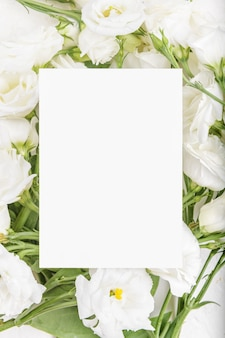 Modello di carta vuota con fiori di eustoma lisianthus bianchi in fiore