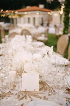 La scheda vuota si trova su un tavolo coperto da una tovaglia bianca