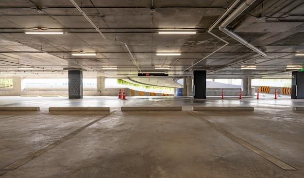 Vuoto cemento parcheggio garage interno e segno di uscita segno di freccia nel parcheggio interno del garage edificio industriale o supermercato.