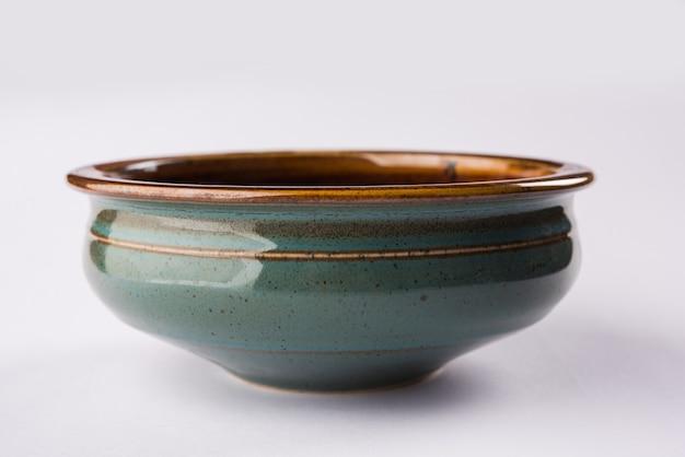 Ciotola in ceramica vuota o stoviglie isolate su sfondo bianco