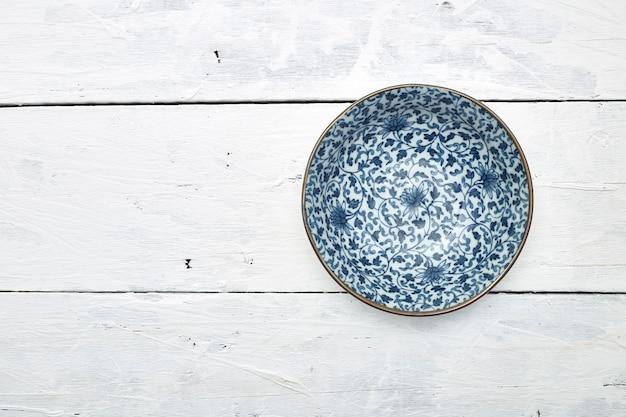 Tavolo in legno piatto in ceramica vuota