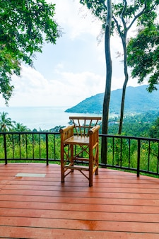 Sedia vuota sul balcone con sfondo punto di vista mare oceano in thailandia