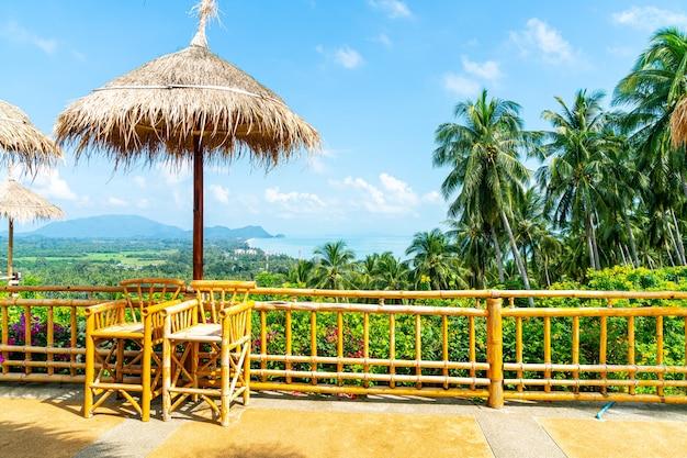 Sedia vuota sul balcone con punto di vista mare oceano in thailandia