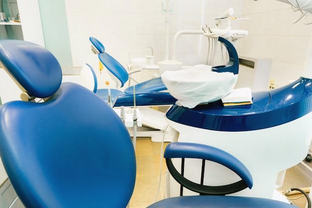 Una sedia vuota nell'ufficio del dentista. studio dentistico vuoto.
