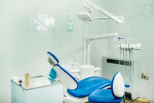 Una sedia vuota nell'ufficio del dentista.