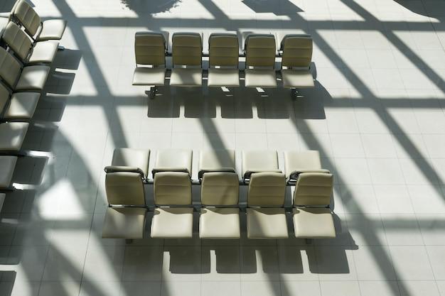 Sedia vuota in attesa di imbarco passeggeri negli aeroporti