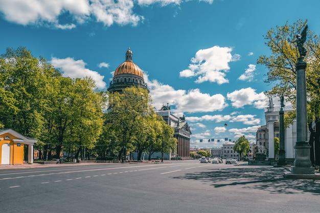Una città vuota senza persone. via del centro storico di san pietroburgo. san pietroburgo. russia