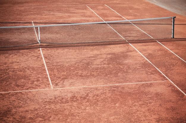 Campo da tennis e rete vuoti dell'argilla inquadratura orizzontale