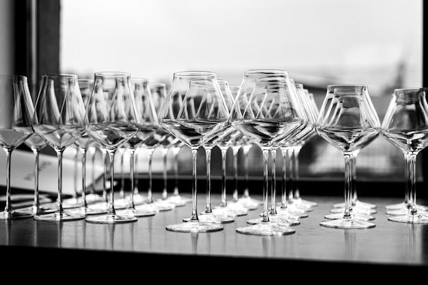 Bicchieri puliti vuoti prima dell'evento. bianco e nero