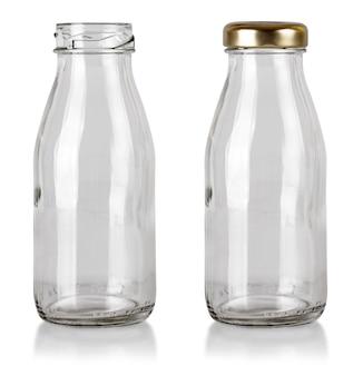 La bottiglia trasparente chiusa vuota isolata sui precedenti bianchi