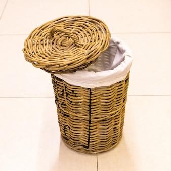 Scomparto di stoffa vuoto, sfondo isolato cestino