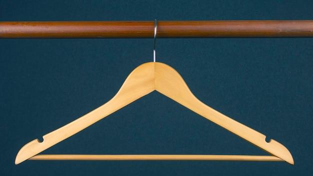 Appendiabiti vuoto appeso su uno sfondo grigio. accessori e articoli per riporre i vestiti.