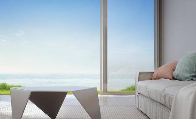 Tavolino vuoto per la visualizzazione del prodotto vicino al divano in casa vacanza o in villa per le vacanze.