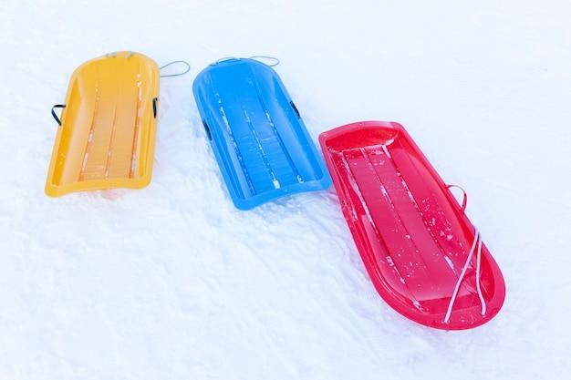 Slitta da neve colorata vuota su blocco
