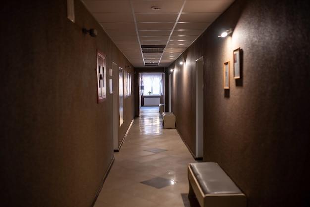 Corridoi vuoti della clinica, con le luci spente. per qualsiasi scopo.