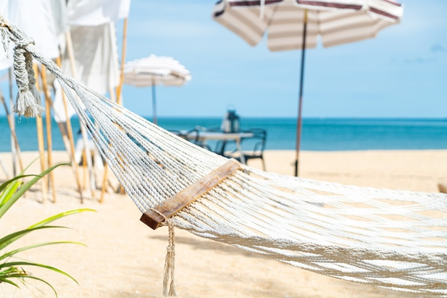 Culla vuota con sfondo spiaggia mare