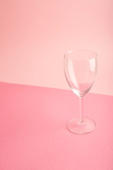 Tazza vuota su sfondo rosa