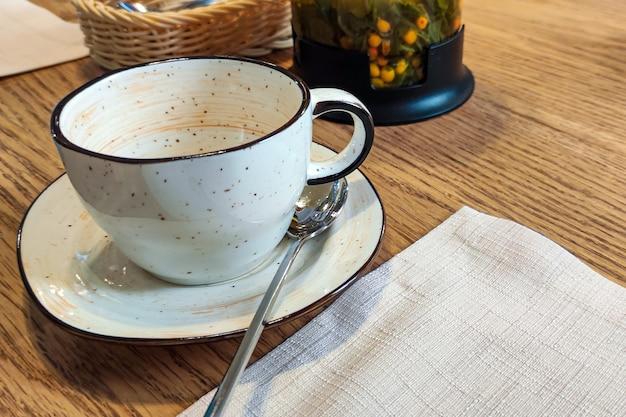 Tazza vuota sul tavolo in una caffetteria