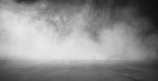 Prodotto interno delle esposizioni dell'interno della parete e del pavimento dei raggi di incandescenza del fumo della nebbia dell'estratto della stanza scura Foto Premium