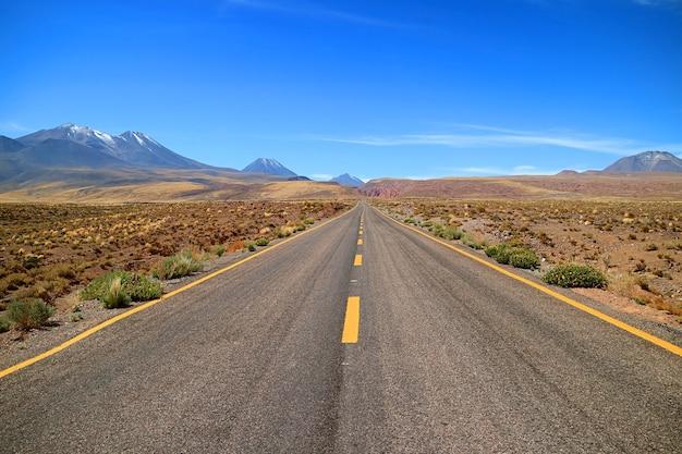 Strada deserta vuota nella riserva nazionale di los flamencos regione di antofagasta cile settentrionale
