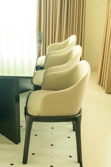Tavolo da pranzo vuoto e decorazione della sedia a casa
