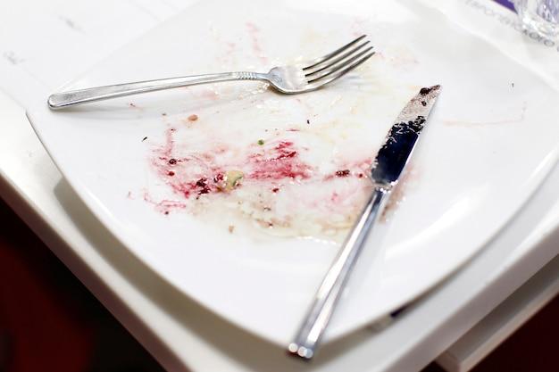 Piatto e posate sporchi vuoti, dopo aver mangiato.piatti dopo aver mangiato. piatti sporchi.