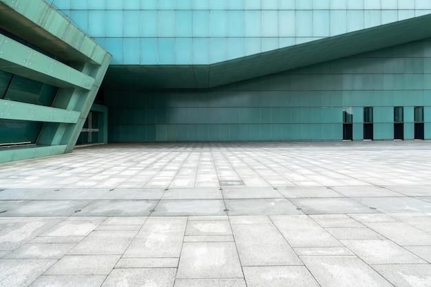 Il pavimento vuoto della piazza e le pareti esterne degli edifici moderni