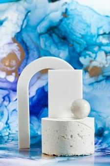 Passerelle geometriche vuote per il tuo prodotto su un modello di prodotto con sfondo blu astratto