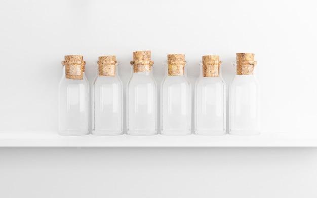 Bottiglie di vetro vuote con sughero