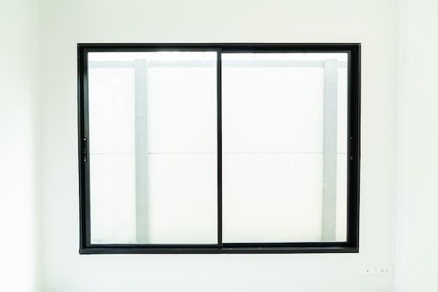 Finestra di vetro vuota e porta in casa