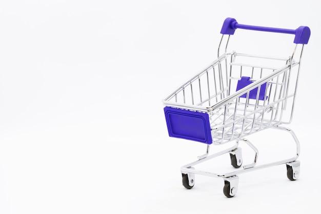 Svuotare il carrello della spesa a mano carrello colore rosso, mini supermercato auto isolato su sfondo bianco
