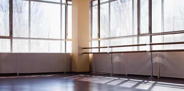 Una sala vuota per le classi di danza da sfocare Foto Premium