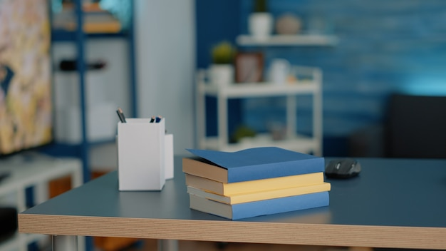 Ufficio domestico vuoto con libri per corsi e lezioni scolastiche