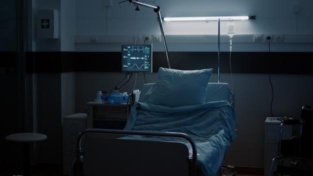 Reparto ospedaliero vuoto con moderna sala di assistenza sanitaria per attrezzature mediche per il trattamento di pazienti con malattia...