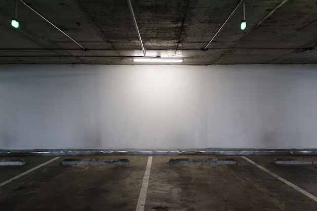 Parcheggio auto illuminato vuoto