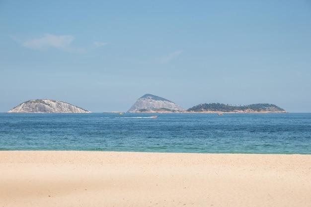 Spiaggia vuota di ipanema, durante la seconda ondata della pandemia di coronovirus a rio de janeiro brasile.
