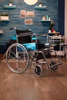 Soggiorno vuoto in appartamento con sedia a rotelle sul pavimento