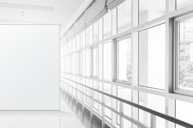 Lungo corridoio vuoto nell'edificio per uffici moderno. sfondo
