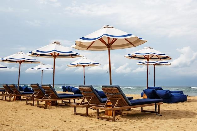 Lettini vuoti senza turisti sulla spiaggia.