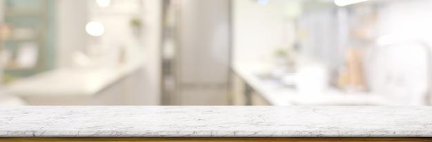 Tavolo in marmo vuoto nella stanza della cucina offuscata