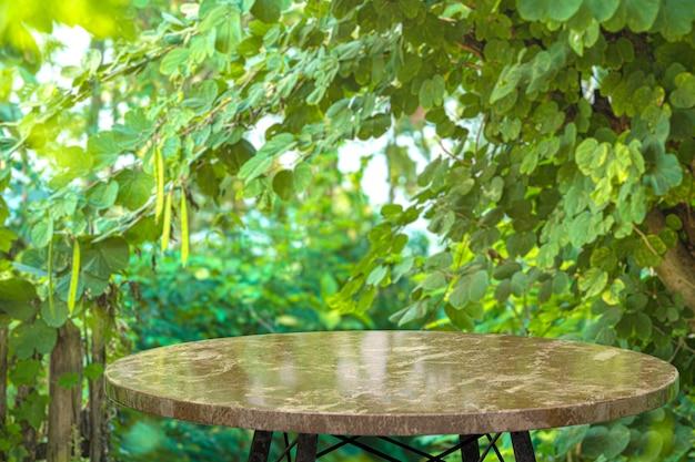 Tavolo in marmo vuoto per la visualizzazione dei prodotti davanti al ristorante, sfocatura dello sfondo astratto, spazio vuoto della copia per poster