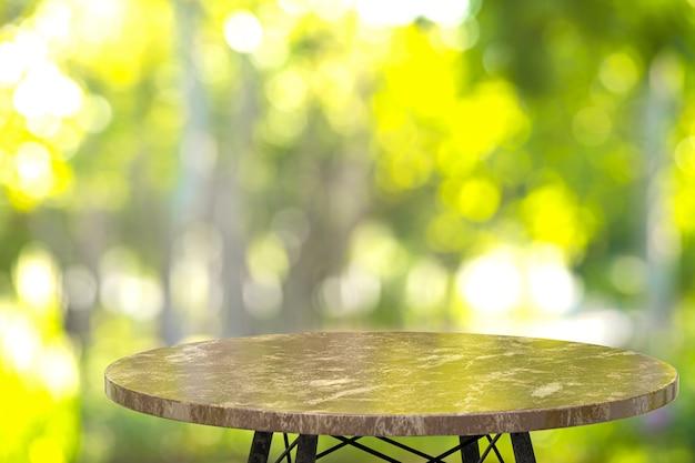 Tavolo in marmo vuoto per l'esposizione dei prodotti davanti al ristorante
